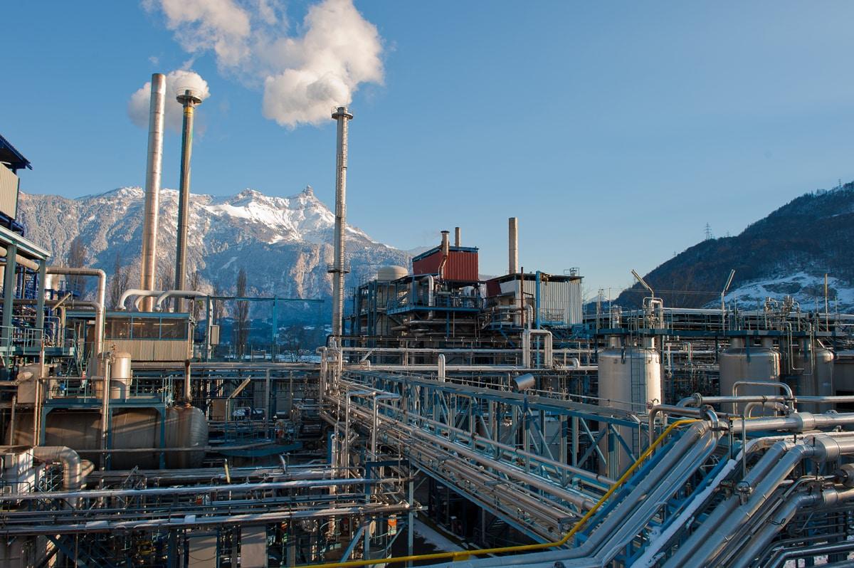 Vue globale des installations de traitement des déchets spéciaux liquides : Fours d'incinération, unité d'oxydation par voie humide (OVH) et capacités de stockage et de transfert / CIMO à Monthey